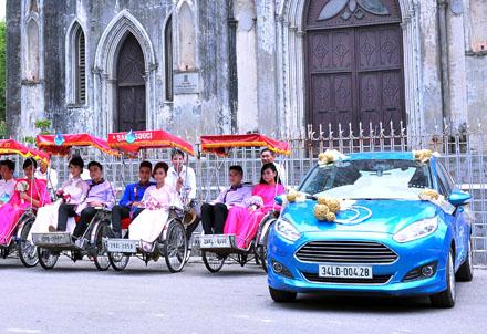 Xe Ford Việt Nam trang trí làm mẫu xe cưới